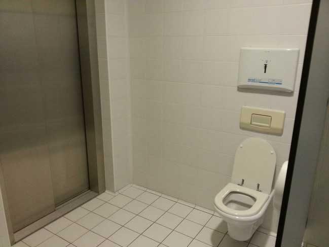 """""""Последното нещо, което очаквах да видя в тоалетната, е асансьор"""""""