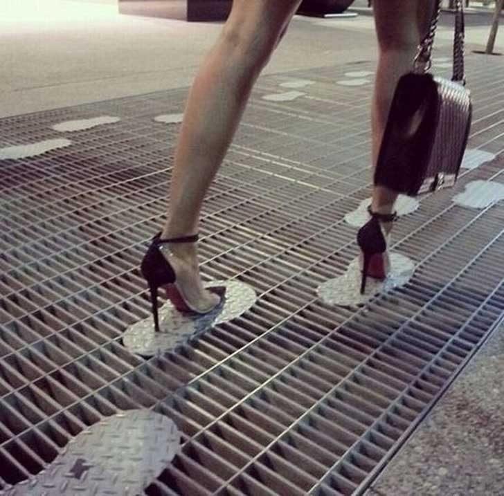 Тези стъпки върху уличните шахти, предназначени за дамите на високи токчета