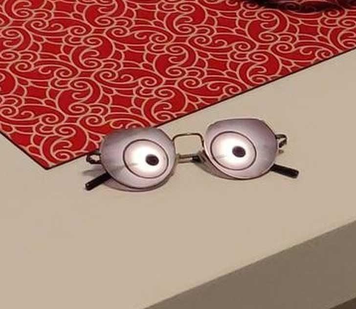 Сигурно си мислиш, че тези очила са видели нещо наистина изненадващо. Всъщност обаче това е просто отражението на лампата