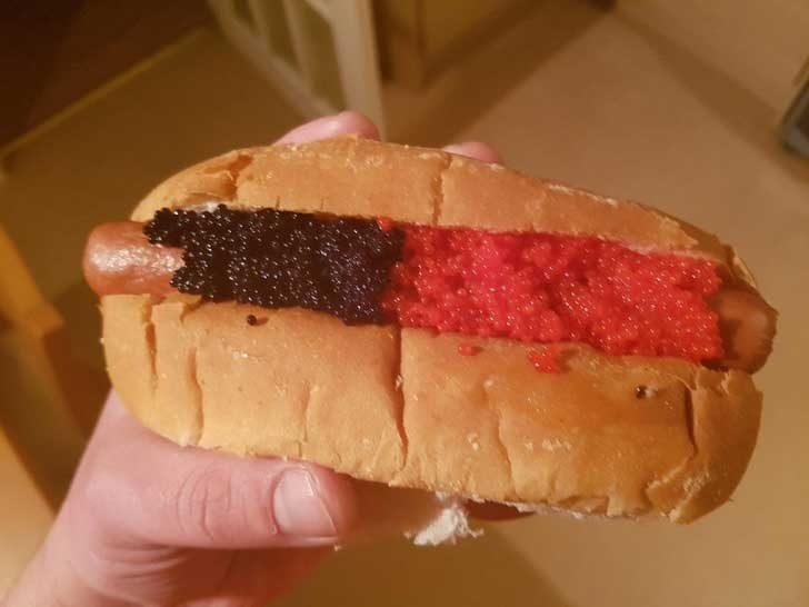 Черен и червен хайве върху хотдог! Това е варварство!