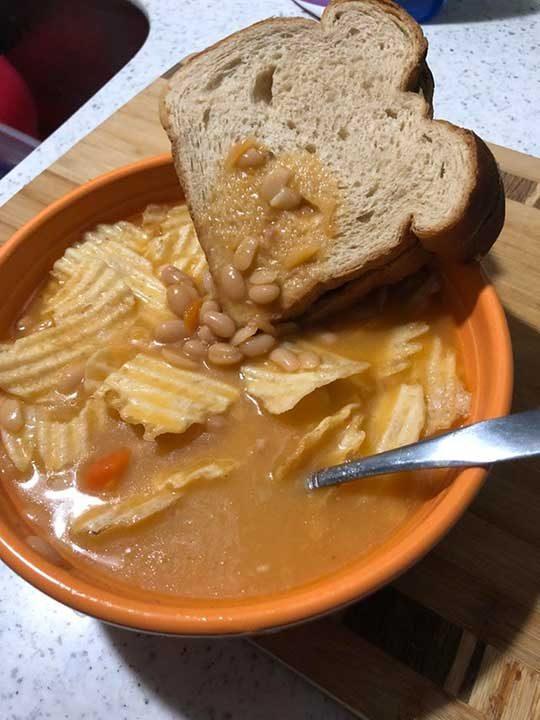 Чипс в боб чорба с фъстъчено масло и двоен сандвич като едно завършено ястие