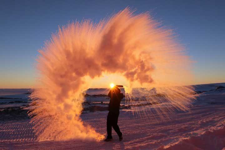Ето какво ще се случи, ако хвърлиш във въздуха гореща вода в Антарктида