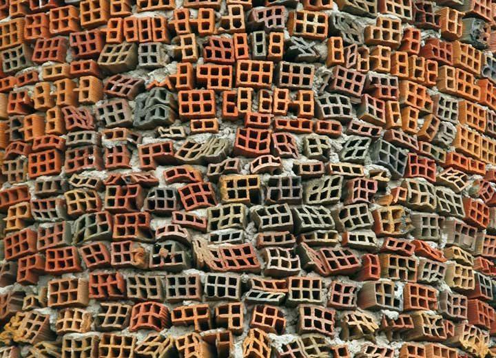 Тухлената стена на катедрала в Мадрид, Испания. Катедралата е изградена от преработени материали и строителни отпадъци, чрез усилията на един човек - Юсто Галего Мартинес