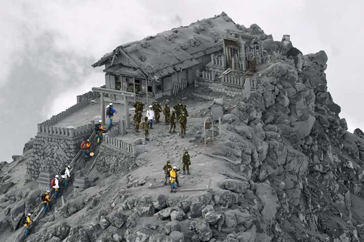 Храм, покрит с пепел от вулканичното изригване на Онтаке, Япония