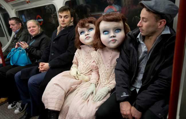 Две кукли във викториански стил с човешки размери в лондонското метро