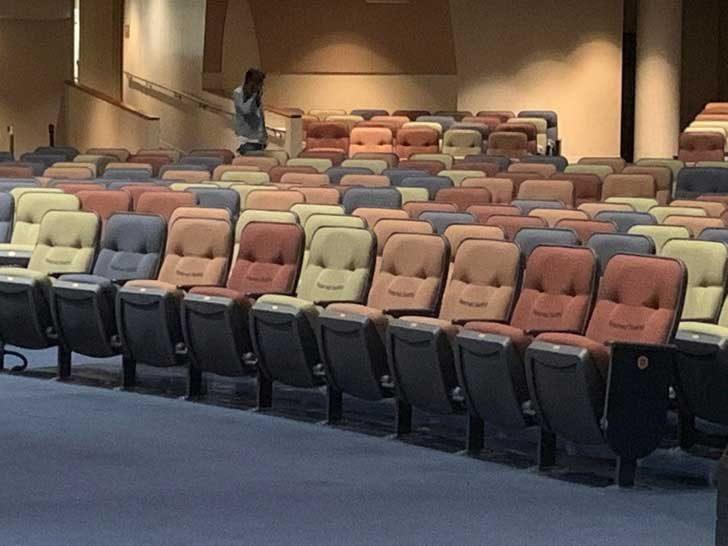 Тези столове изглеждат така, сякаш искат наистина много да седнеш на тях