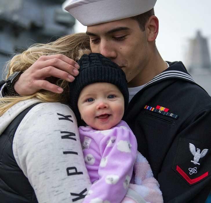 Бебе, което среща баща си за пръв път