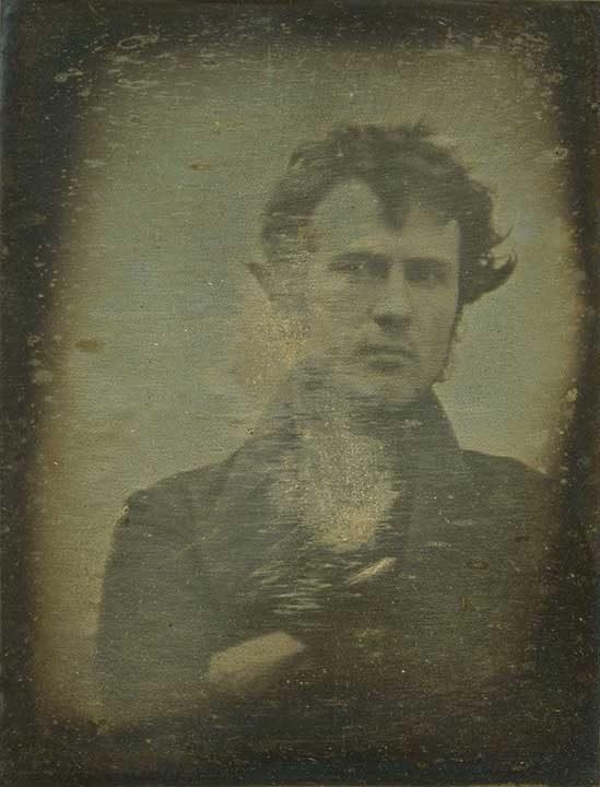 Селфито не се е появило с поколението на милениалите. Първото селфи в света е направено през 1893 г. американския фотограф Робърт Корнелиъс