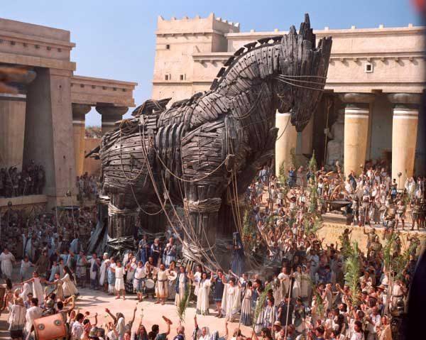 Гърците подаряват огромен дървен кон на троянците, за да превземат обсадения град