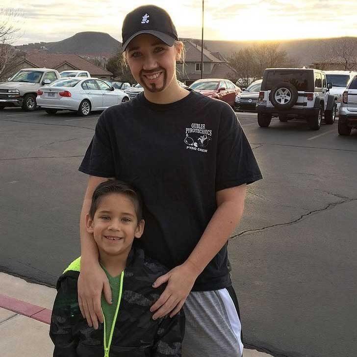 """Самотна майка се преоблича като мъж, за да придружи сина си на """"Деня на татковците"""" в училище"""