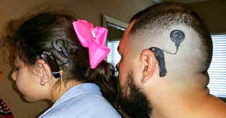 Този баща си татуира слухов апарат, за да не се чувства дъщеря му различна