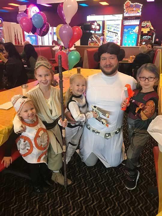"""Самотен баща организира парти за дъщерите си, посветено на """"Междузвездни войни"""", преоблечен като принцеса Лея"""