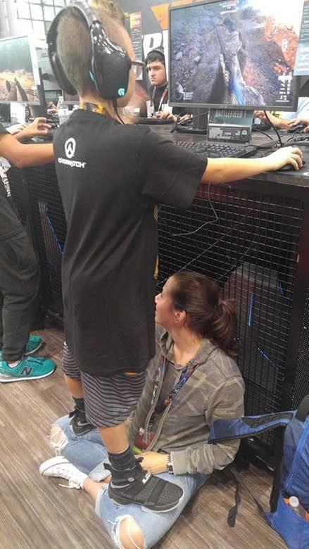 Тази майка помага на сина си да участва в гейминг турнир