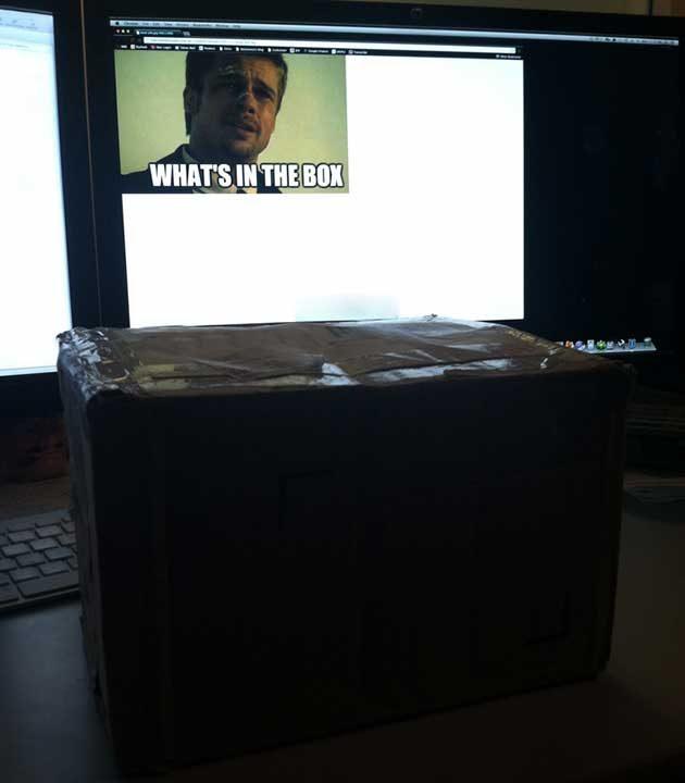 """""""Шефът днес получи пакет точно след като си тръгна от офиса. Оставих му го така..."""""""