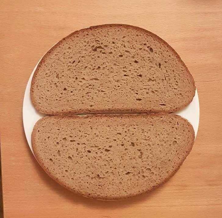 Начинът, по който тези филии хляб пасват в чинията е странно удовлетворяващ за очите