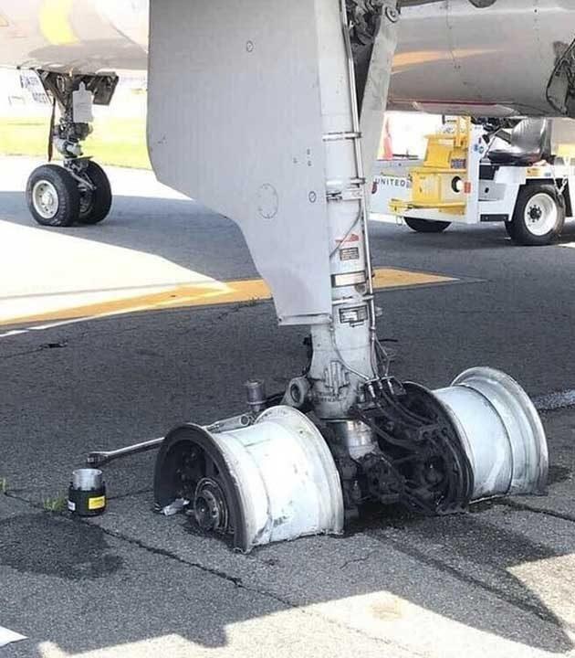 Колесник на самолет след аварийно кацане. Нито един пътник не е пострадал