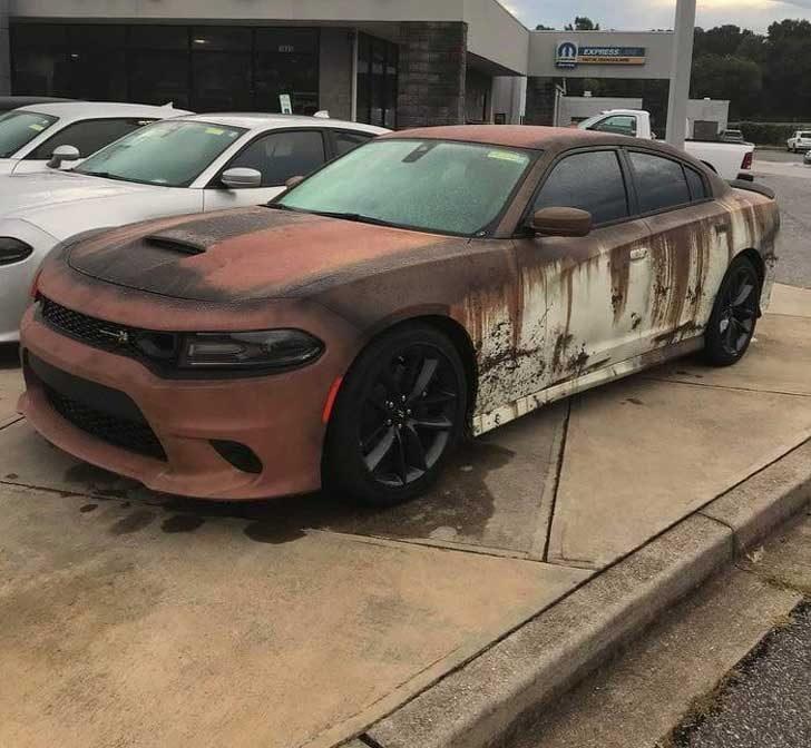 Нова кола, боядисана в цвят ръжда