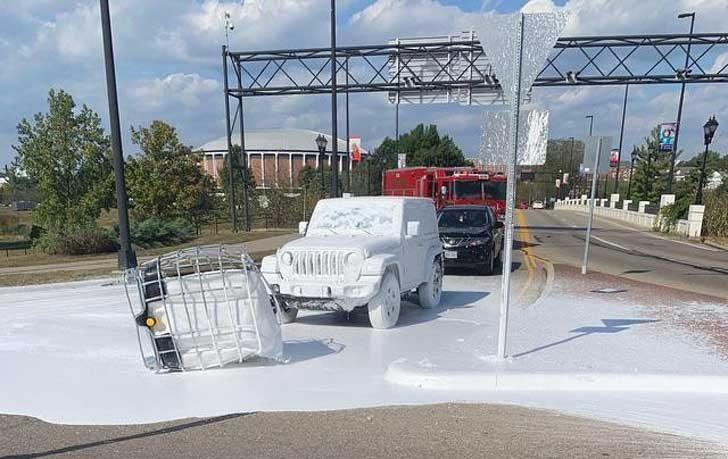 """""""Камион, пренасящ контейнер с бяла боя, го изпусна на пътя"""""""