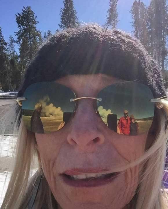Тази двойка помоли дамата да им направи снимка на Йелоустоун и тя им направи... По някакъв начин