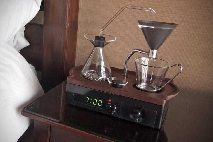 Този часовник с аларма те буди с аромата на прясно приготвено кафе. Вземете всичките ни пари!