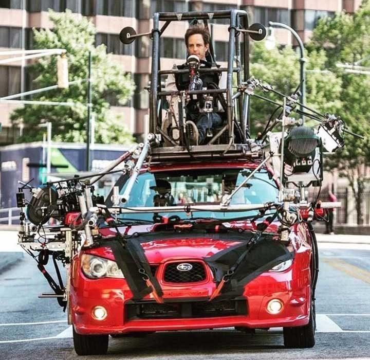 """На снимачната площадка на """"Зад волана"""" - докато актьорите снимат сцената в автомобила, реалният шофьор е на покрива на колата и я управлява"""