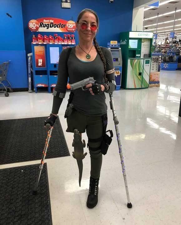 """""""Жена ми се маскира като Лара Крофт за Хелоуин. Тя е с ампутиран крак, така че ѝ се наложи да импровизира"""""""