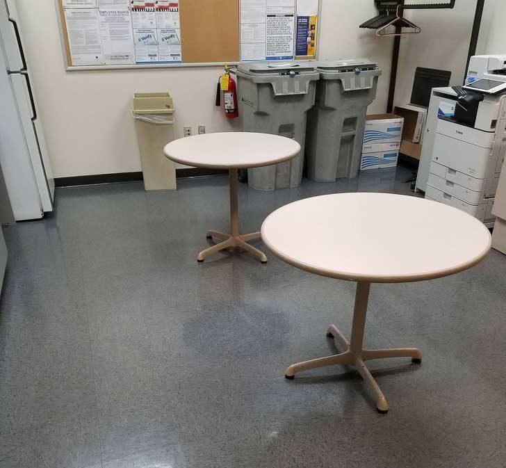 """""""Шефът не харесва цвета на столовете в стаята за почивка... Затова реши просто да ни остави без столове!"""""""