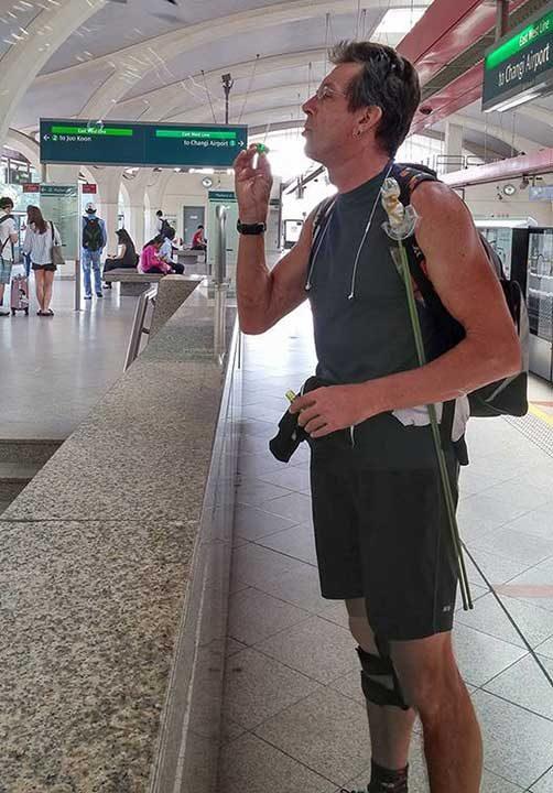 """""""Видях този мъж да прави сапунени мехури на гарата. Когато го погледна и му се усмихнах, той се приближи към мен и ми прошепна """"Никой не подозира възрастния мъж"""""""