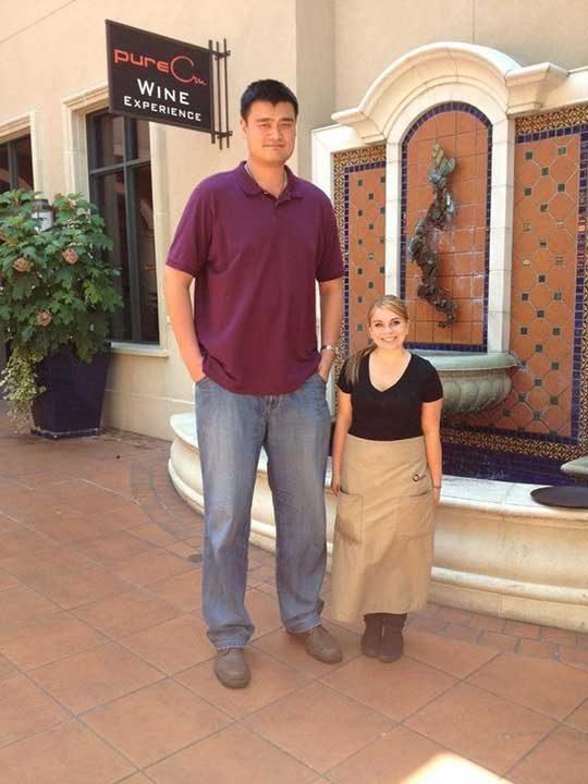 """""""Звездата на НБА Яо Мин посети ресторанта на приятелката ми. Тя е висока 150 см"""""""