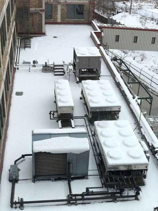Снегът е превърнал климатичната инсталация в гигантско Лего