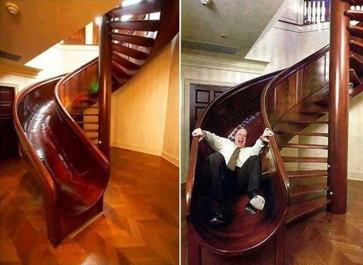 Тази къща има дървена пързалка до стълбището, която прави слизането на долния етаж много по-приятно и забавно
