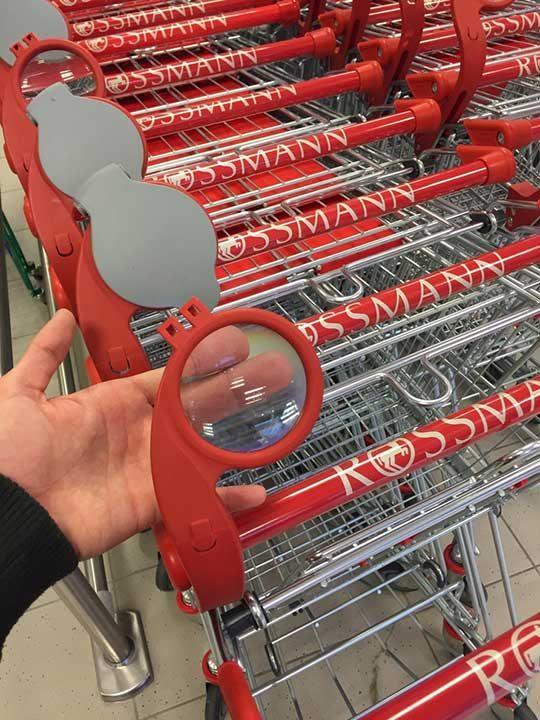 Още едно нововъведение в супермаркет - колички с вградена лупа, благодарение на която клиентите могат четат по-лесно ситния шрифт на етикетите