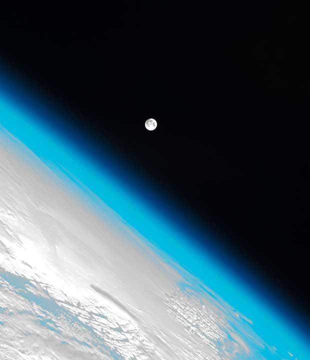 Снимка на Земята и нейната атмосфера заедно с Луната в космическото пространство