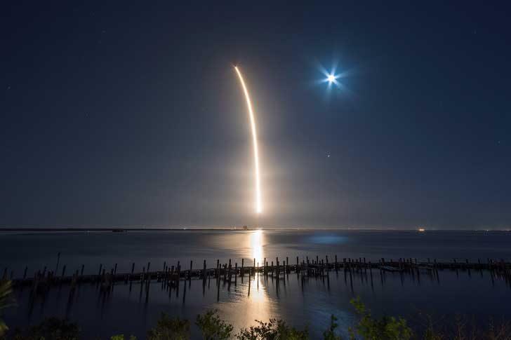 Изстрелването на ракетата Falcon 9, носеща със себе си спътника Hispasat 30W-6