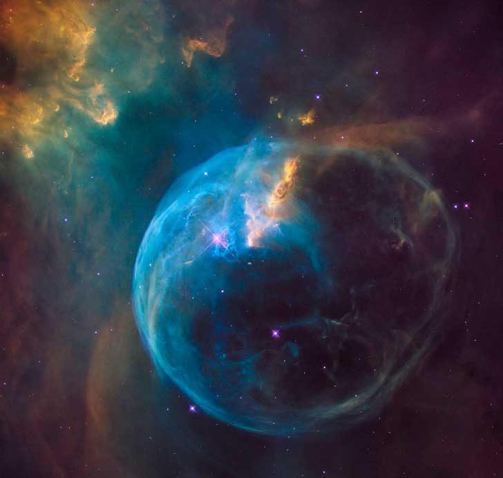Мъглявината Балон се намира на около 7100 светлинни години от Земята и е открита през 1787 г. От Уилям Хершел, но първите по-ясни снимки от нея виждаме едва през 2016 г. благодарение на космическия телескоп Хъбъл