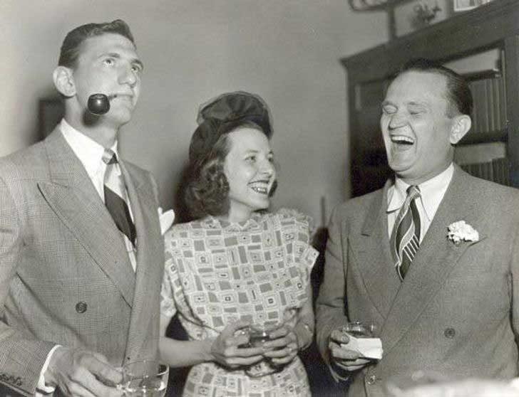 """""""Баба и дядо се смеят заедно през 1940-те"""""""