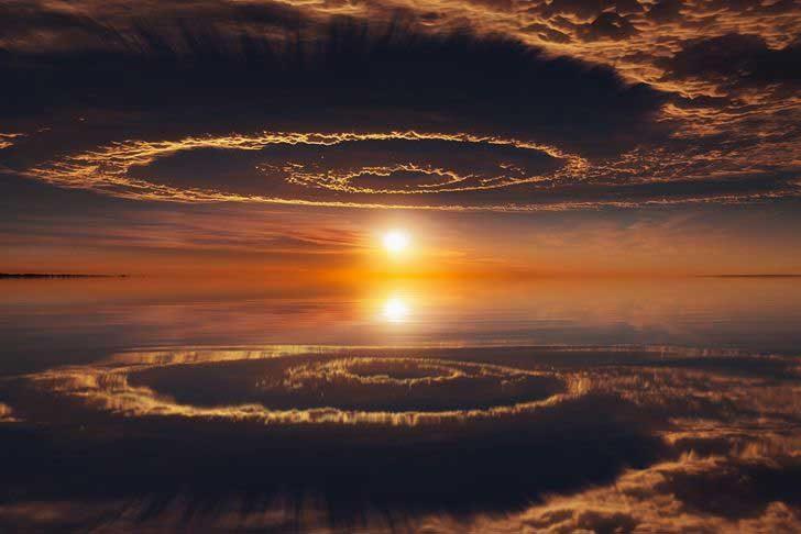 Отражението на небето изглежда като портал към друг свят
