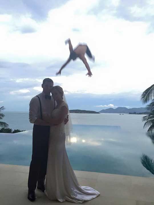 Когато приятелите ти знаят, че си експерт в провалянето на всяка снимка и затова решат да те заключат в хотелската стая за сватбената фотосесия