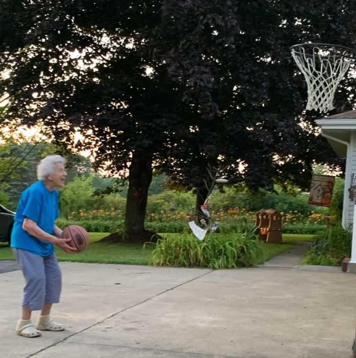 """""""Баба ми, на 93 години, играе баскетбол с нас"""""""