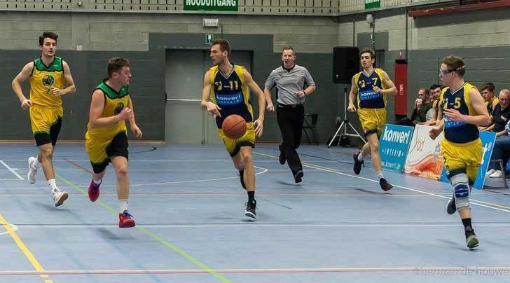 Никой от тези баскетболисти не докосва пода в момента на снимката, дори и съдията