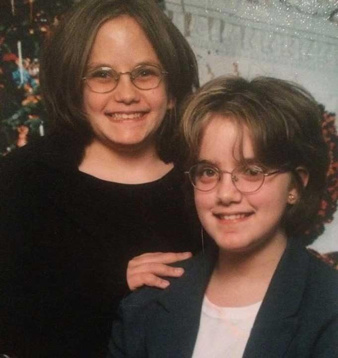 """""""Аз и сестра ми позираме за коледна снимка с костюмите, които леля ни подари"""""""