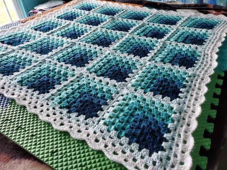 Това плетно одеяло, което изглежда триизмерно под определен ъгъл
