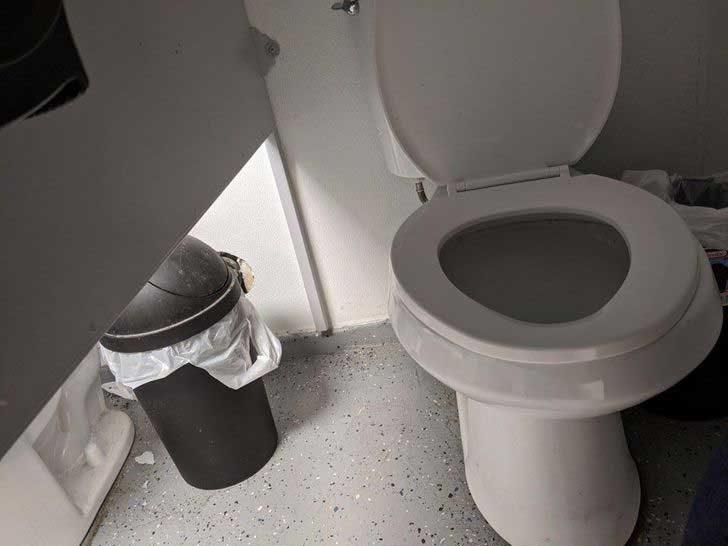 Разделителните стени в тази обществена тоалетна са толкова високи, че спокойно можеш да помахаш на съседа