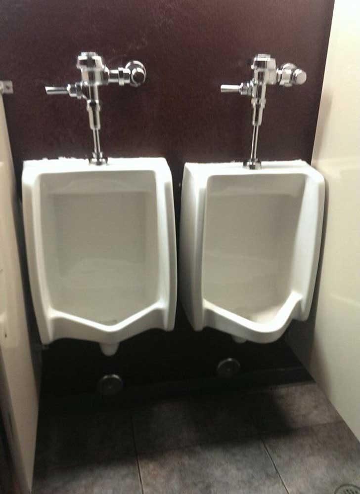 """""""Аз и още един човек влязохме едновременно в тоалетната. След като видя това, той каза: """"Няма да го бъде"""" и си излезе"""""""