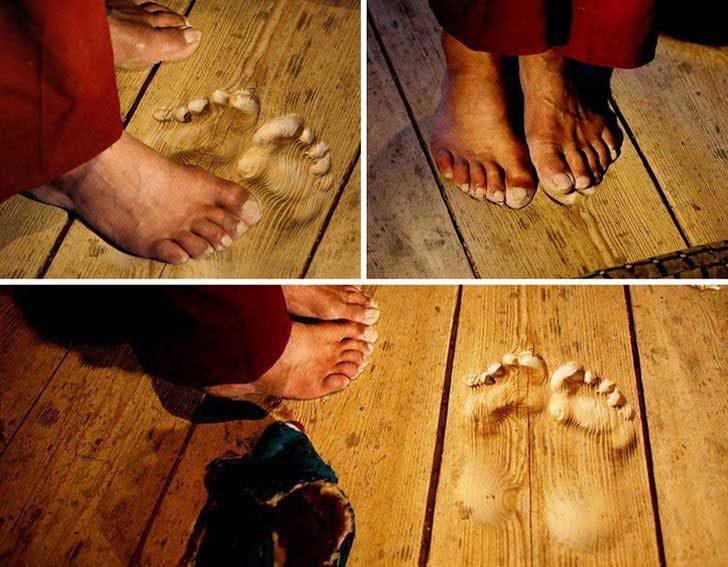 Отпечатъци, издълбани в дъските на пода с течение на времето от монах, който се моли на едно и също място в продължение на 20 години