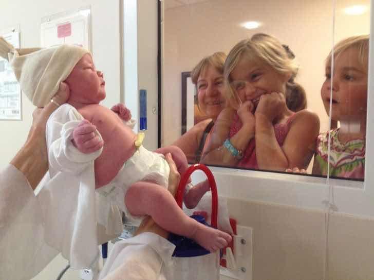 """""""Дъщерите ми се срещат за първи първи път с малкото си братче"""""""
