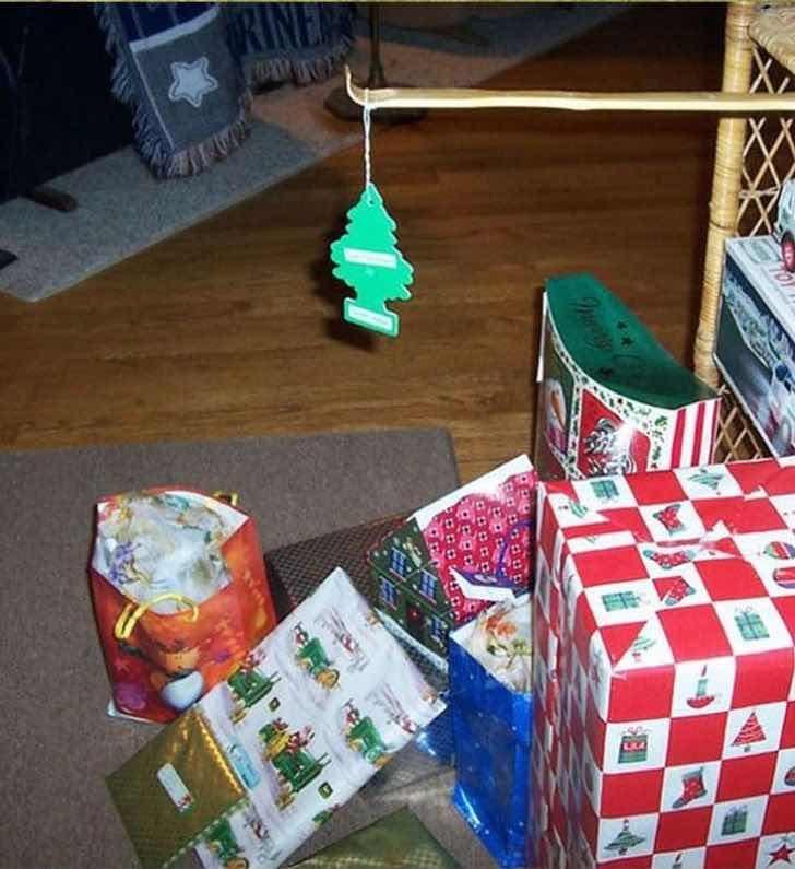 Тази елхичка ще ти спести украсяване и почистване на иглички от пода по Коледа