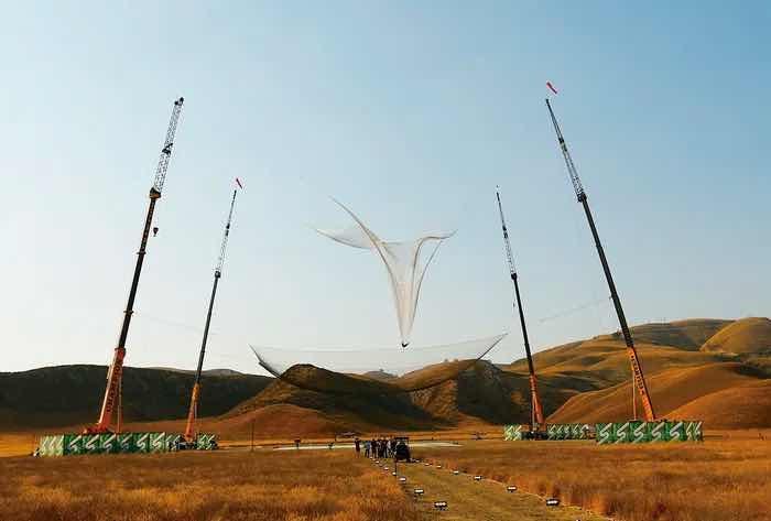 Мъж скочи от самолет без парашут и се приземи благополучно