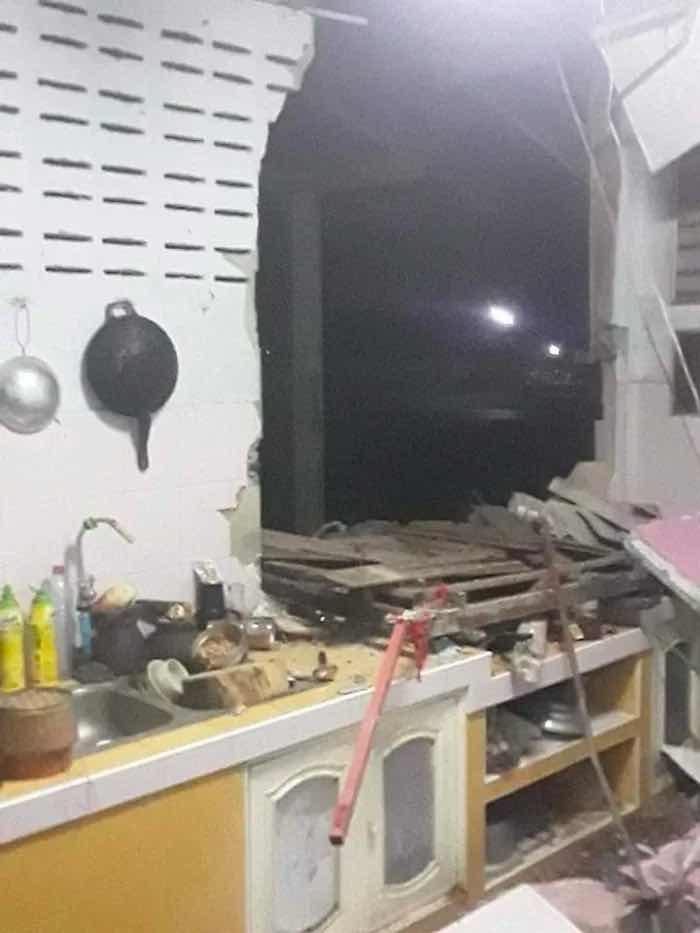 Гладен слон влезе в кухня през стената, за да си вземе храна