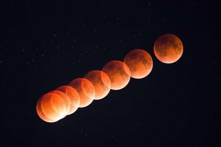 Многократна експозиция на кървава Луна в нощното небе